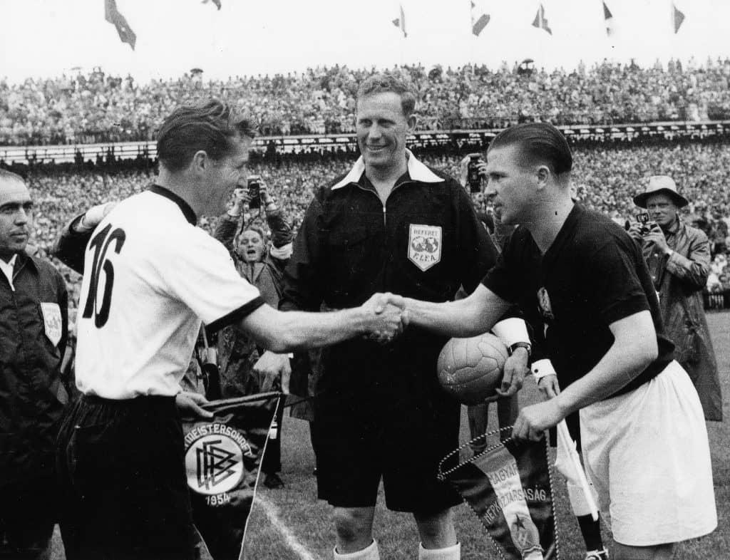 Die deutschen Fußballspieler Fritz Walter (M, mit dem Pokal in den Händen) und Horst Eckel (r) werden am 4.7.1954 von Fans frenetisch gefeiert und auf den Schultern durch das Stadion getragen