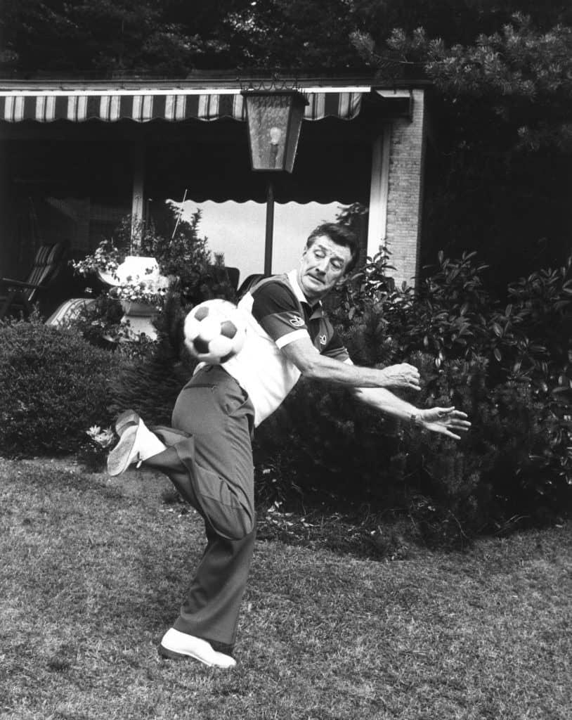 Der ehemalige Fußballnationalspieler Fritz Walter am 22.10.1985 in seinem Garten in Enkenbach-Alsenborn.
