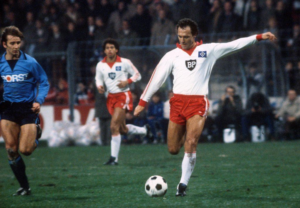 Franz Beckenbauer schießt im SPiele gegen den VFL Bochum