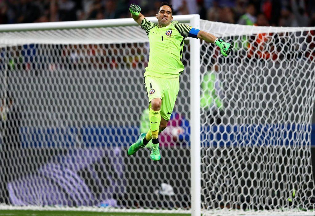 Claudio Bravo bejubelt seine dritte Parade im Elfmeterschießen gegen Portugal im Halbfinale des Confed Cup